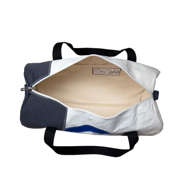 yamatiere - 727 sailbags onshore